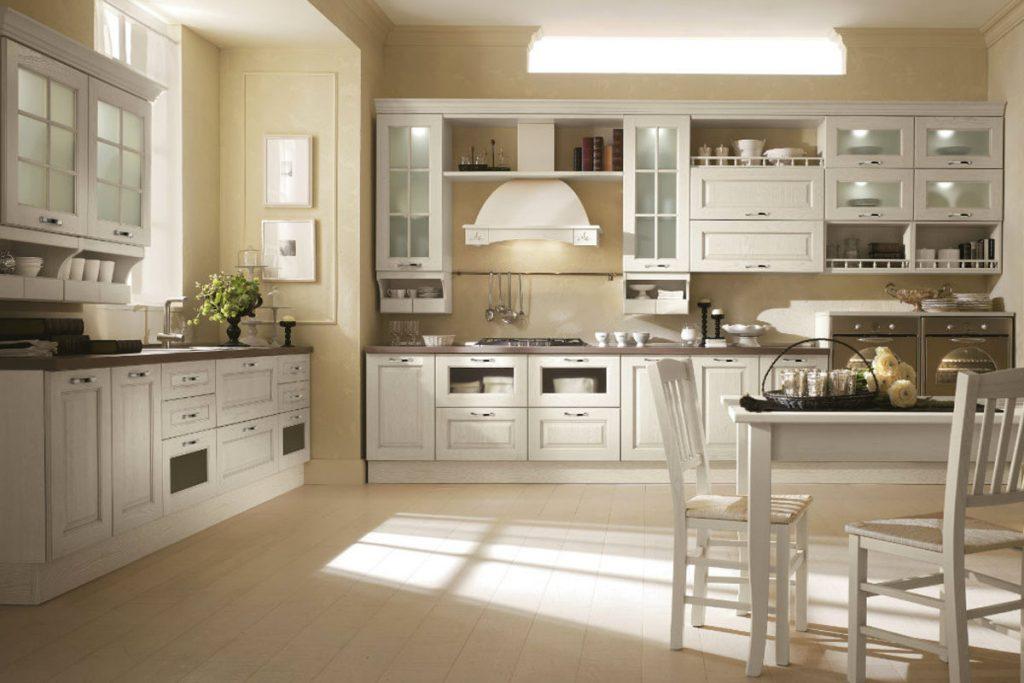 Cucina classica con anta sagomata in legno massello di frassino. Cucine Classiche e Componibili CasaStore Salerno.