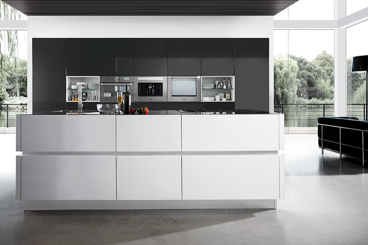 Cucina con isola e colonne attrezzate in finitura acrilico translucido. Arredamento Cucine CasaStore Salerno.