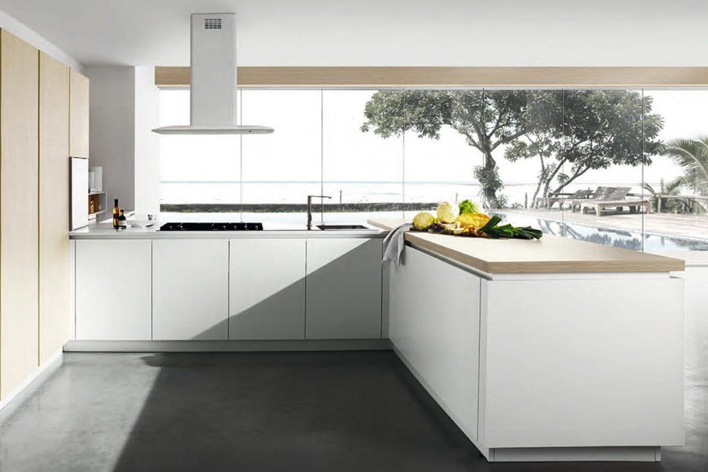 Cucina ad angolo con sistema a colonne in finitura laccato opaco e piano di lavoro in acciaio inox. Showroom Cucine Moderne CasaStore Salerno.