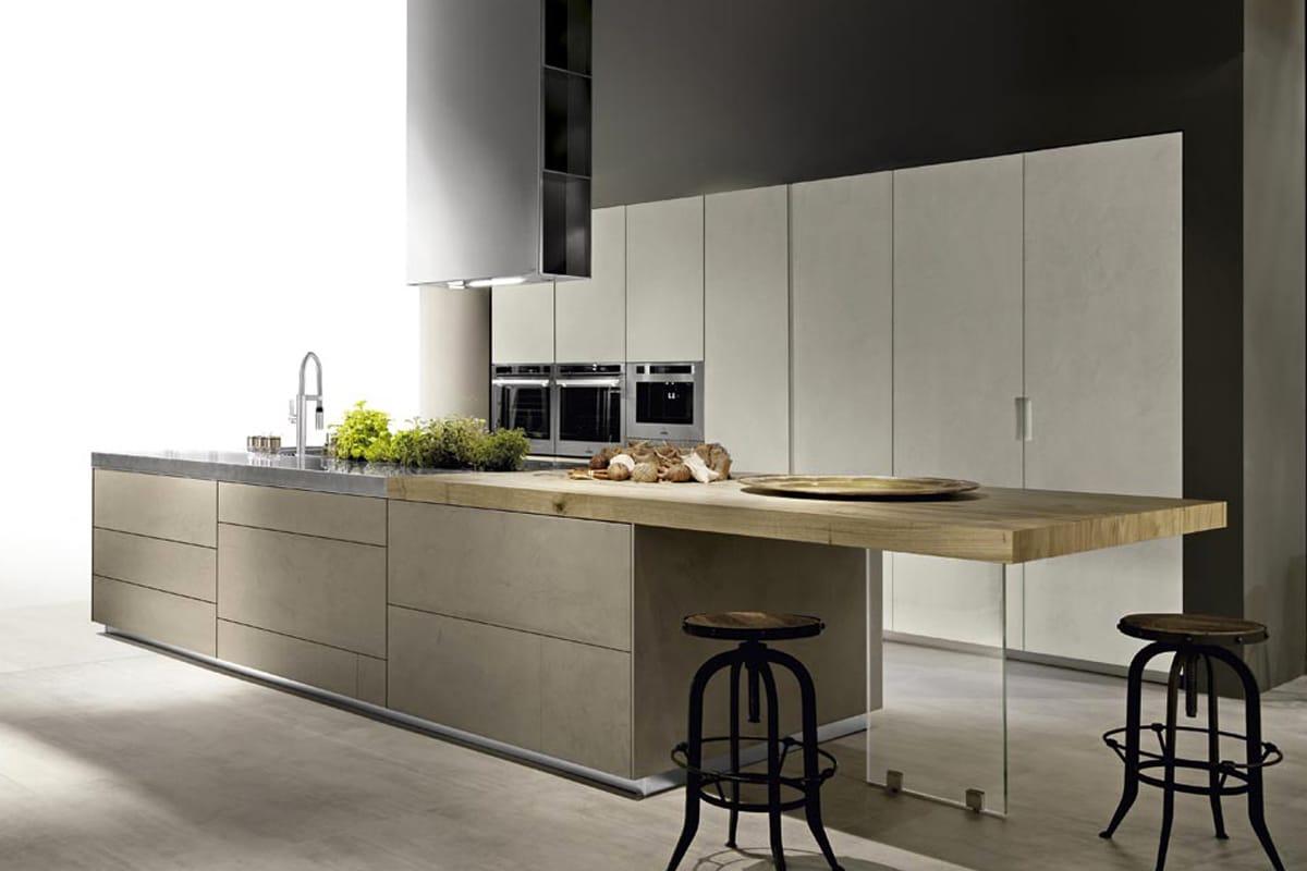 Cucina con isola in resina di cemento, piano di lavoro in acciaio vintage e penisola snack in legno. Arredamento Cucine Moderne a Salerno, CasaStore.