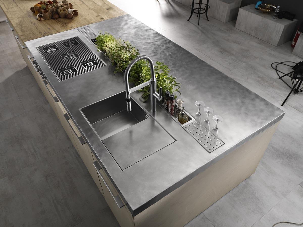 Cucina ad isola in resina di cemento e piano in acciaio - Cucine in cemento ...