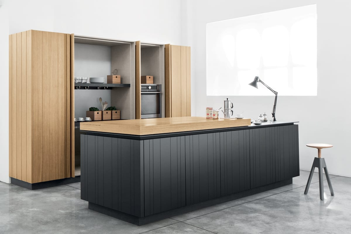Cucina moderna con isola e cabina armadio con ante a doghe verticali in legno. CasaStore Salerno.
