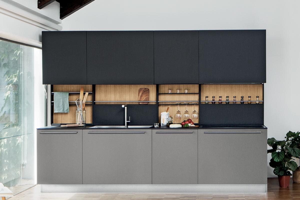 Cucina moderna con ante e piano in laminato Fenix e schienale attrezzato. Cucine CasaStore Salerno.