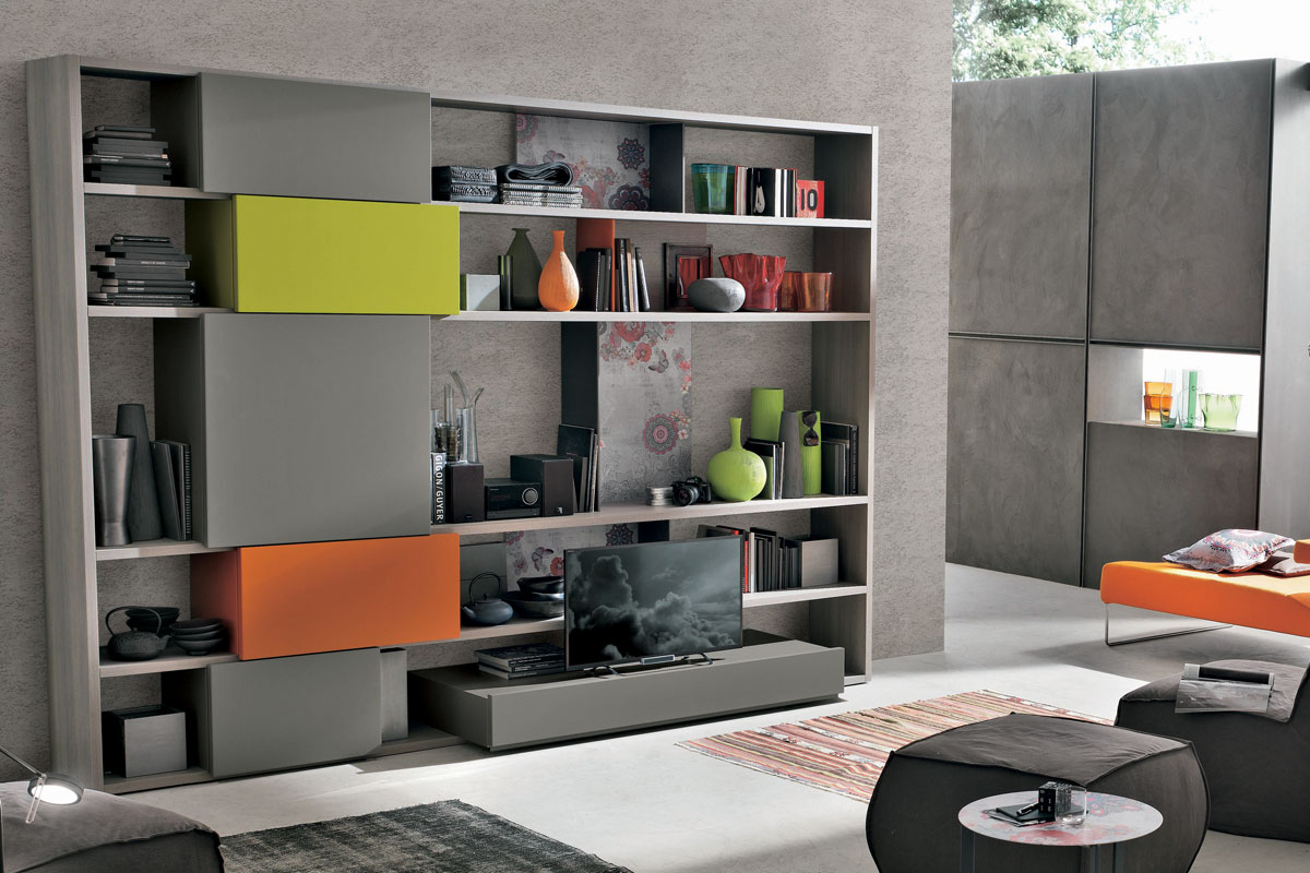 Libreria a spalla in frassino con base porta TV, vani a giorno ed elementi contenitori in laccato opaco colorato. Arredamento Soggiorno CasaStore Salerno.