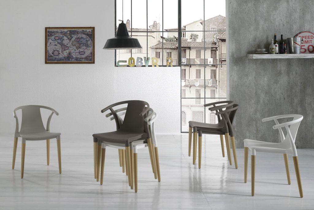 Sedia impilabile monoblocco con gambe in legno massello naturale e scocca in polipropilene. CasaStore è Rivenditore Sedie Zamagna a Salerno.