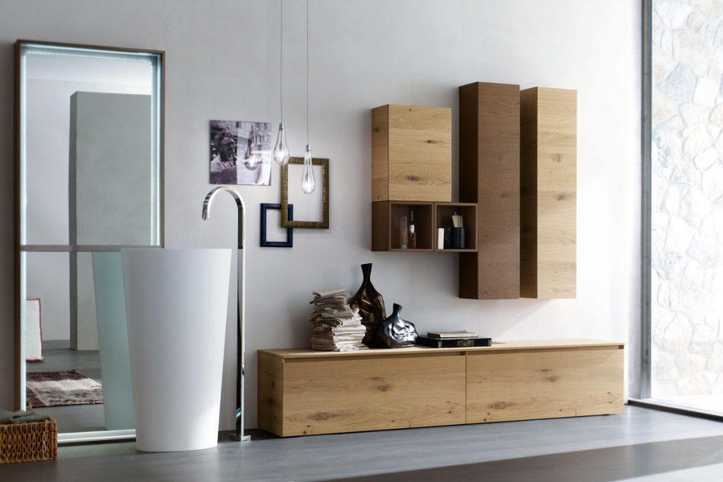 Arredo bagno completo con lavabo freestanding, base e pensili in rovere nodato. CasaStore Salerno.