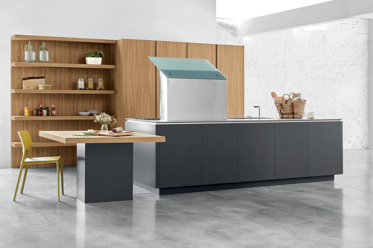 Cucina moderna con isola, colonne attrezzate e boiserie con mensole e vani a giorno.Cucine Componibili CasaStore Salerno.