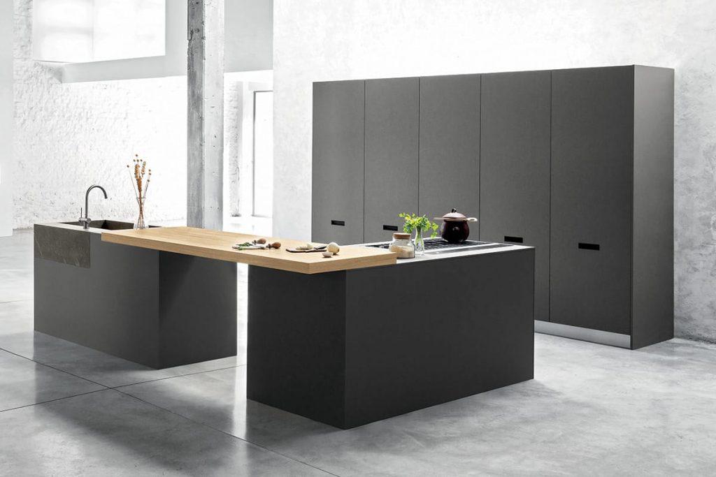 Cucina moderna con penisola ed elemento snack, lavello incassato in pietra Piasentina e colonne attrezzate.Cucine Componibili CasaStore Salerno.