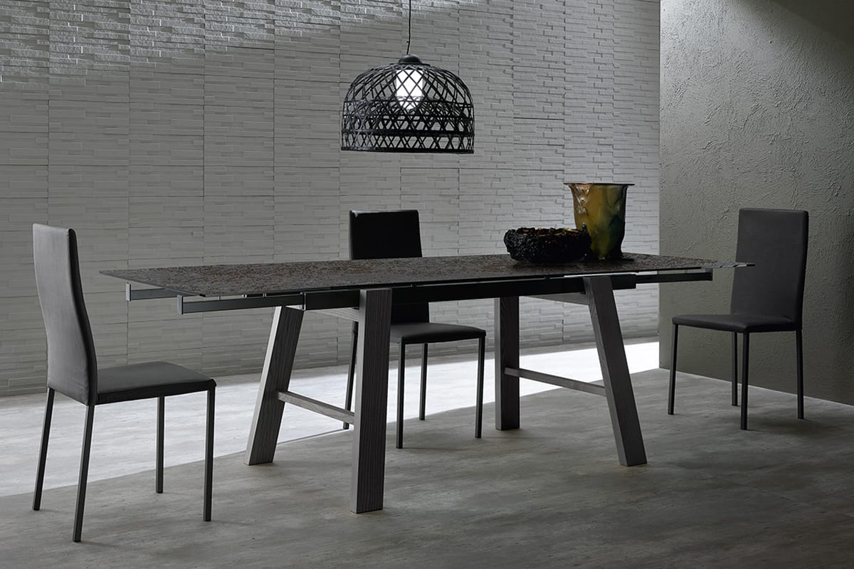 Hornet: Tavolo allungabile con piano in vetroceramica antracite e gambe in legno massello.Tavoli da pranzo per Cucine e Soggiorni moderni CasaStore Salerno.