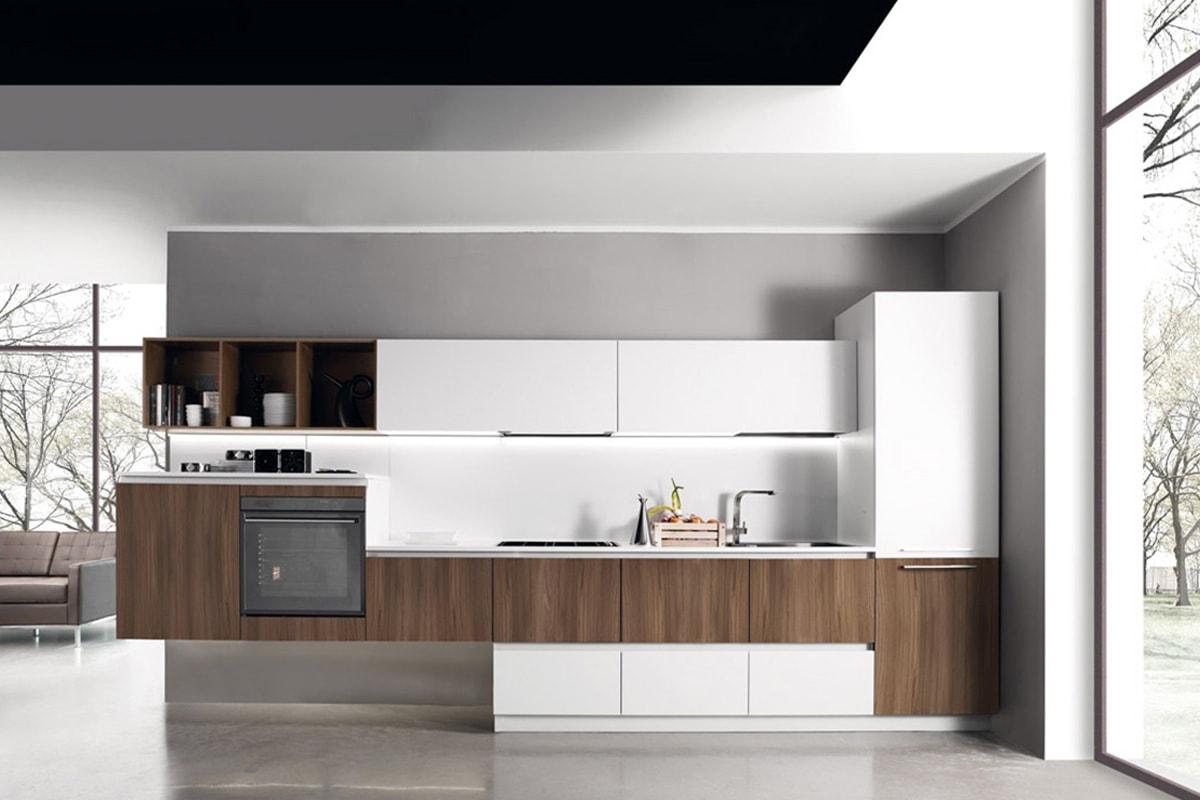 Cucina lineare con basi ed elementi sospesi in finitura ciliegio. Arredamento Cucine Salerno CasaStore.