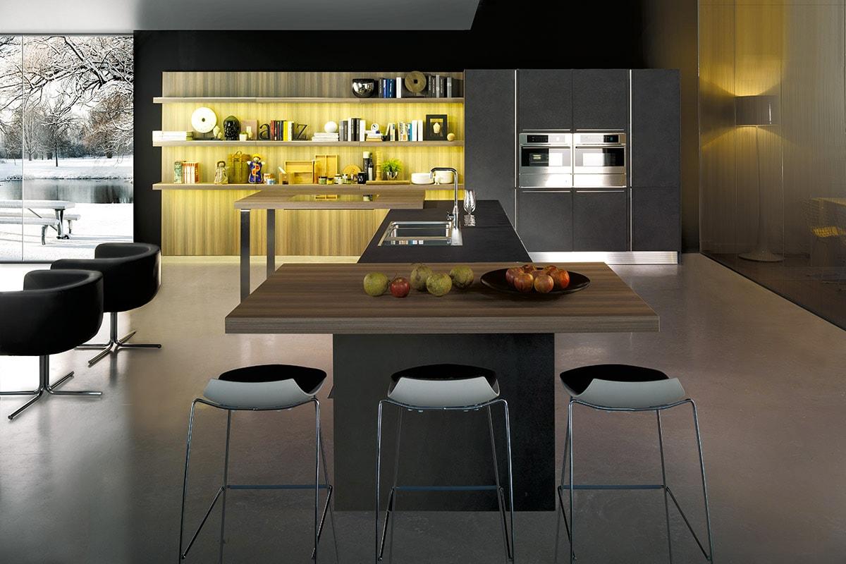 Cucina con isola, piano snack e boiserie libreria. Arredamento Cucine design moderno Salerno CasaStore.