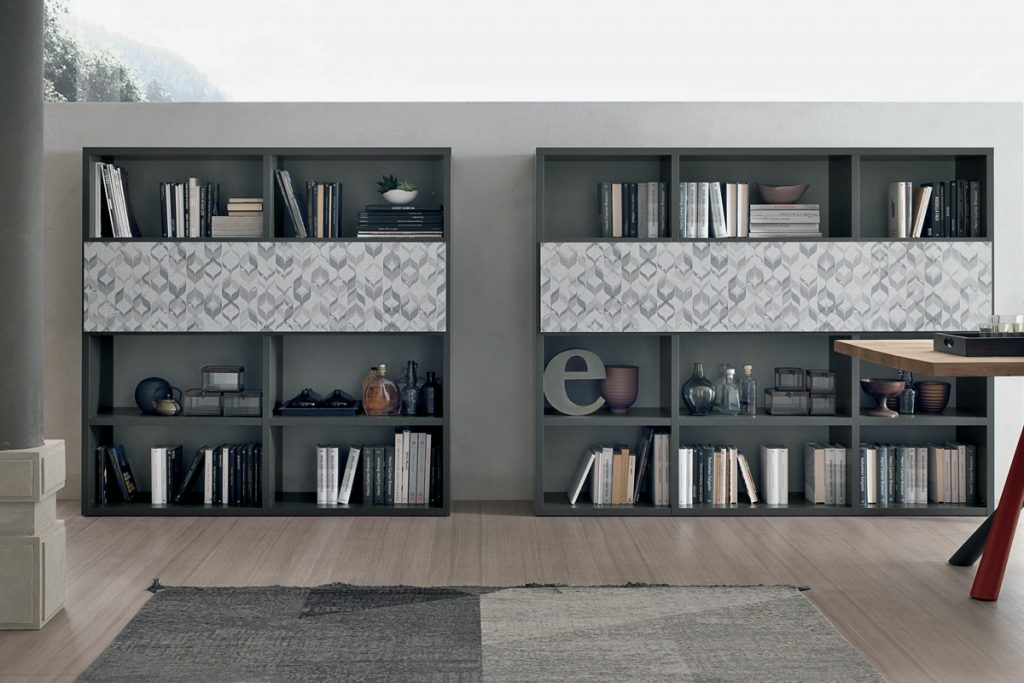 Modello A057 - Tomasella - Catalogo Atlante 2017 - Librerie componibili con anta centrale a ribalta da utilizzare come pratico scrittoio.