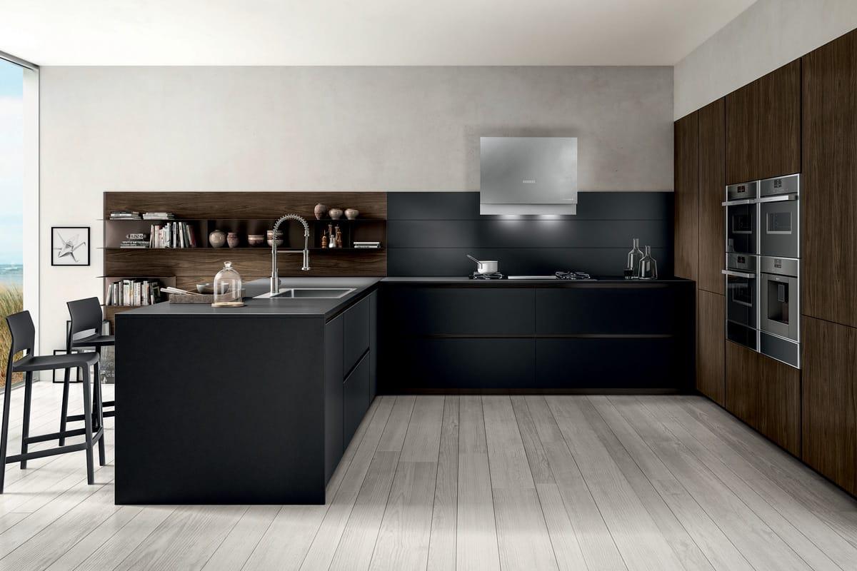 Cucina compatta con banco penisola, piano snack e colonne attrezzate. Cucine Moderne CasaStore Salerno.