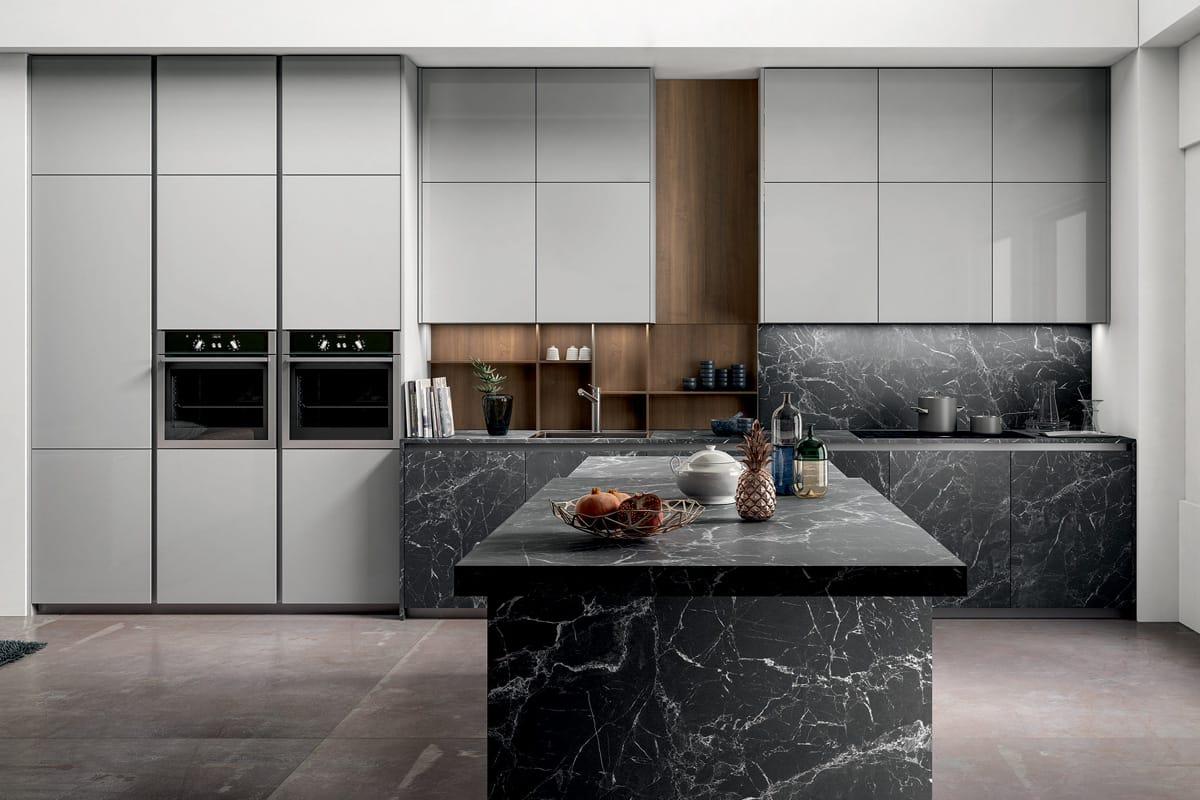 Immagine Cucina composizione lineare ed isola centrale con basi e top in laminato finitura pietra nero effetto marmo. CasaStore Cucine Salerno