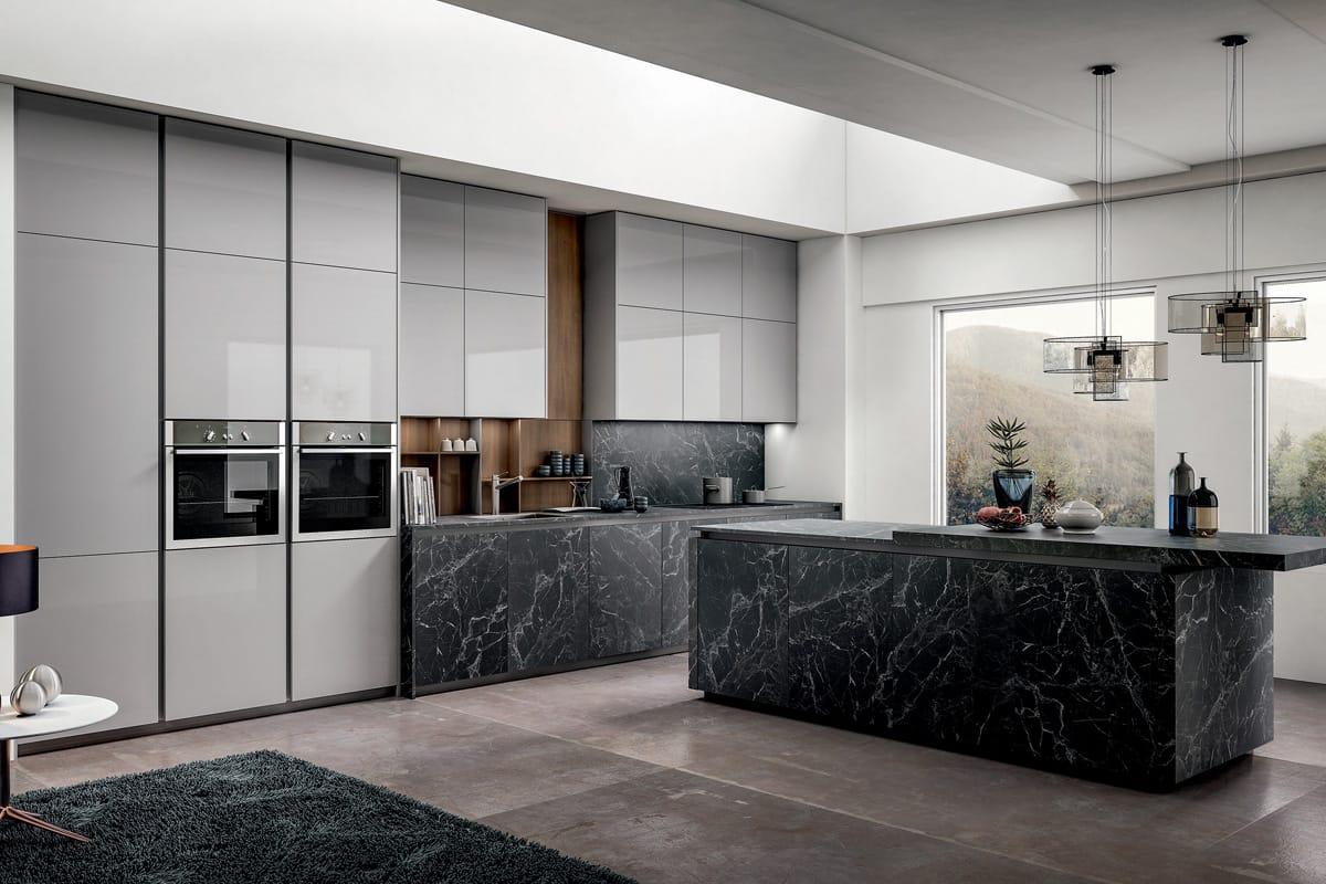 Cucina moderna con isola, basi e top in pietra effetto marmo ...