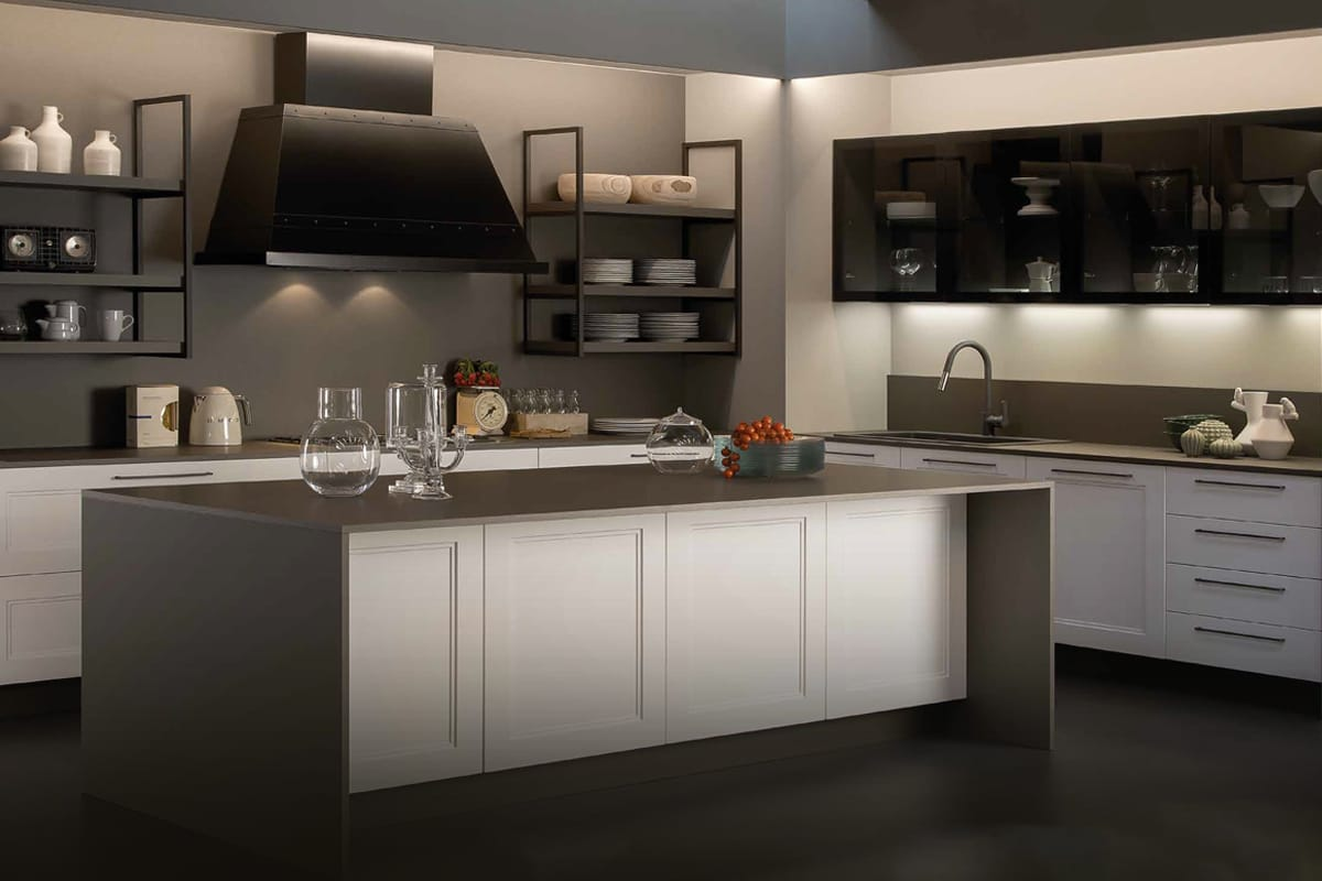 Cucina componibile ad isola in stile Contemporaneo, con vetrina fumè e cappa industrial. Cucine Contemporanee di design a Salerno by CasaStore