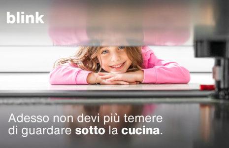 Blink: il gancio calamita universale per la zoccolatura della cucina. In vendita da CasaStore Arredamenti con possibilità di acquisto online.
