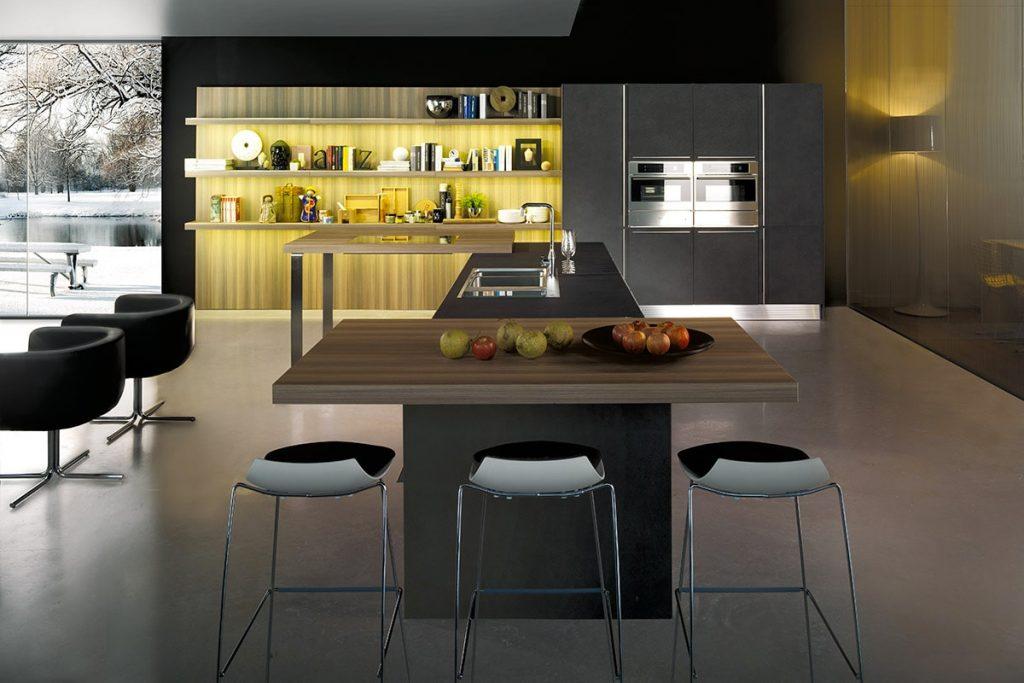 Cucina moderna con isola, piano snack e boiserie libreria / Cucine Salerno